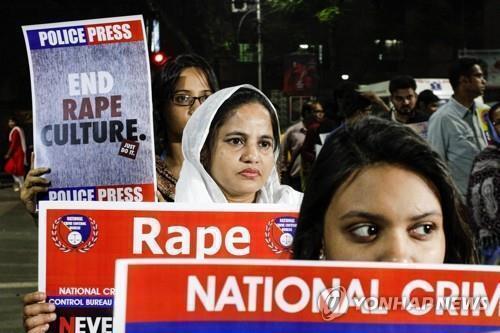 2019년 12월 인도 콜카타에서 성폭행 근절을 요구하는 시위대 모습. [AP=연합뉴스]