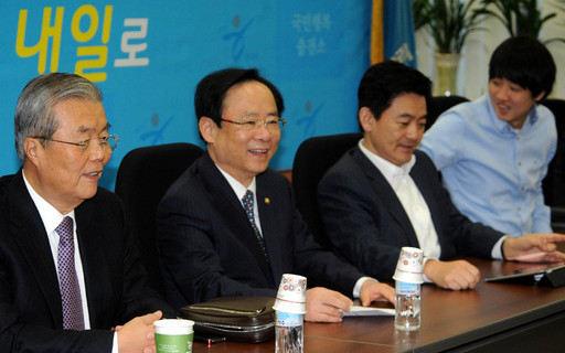 2012년 2월 3일 서울 여의도 국회에서 열린 새누리당 정책쇄신분과위원회의에서 참석자들이 이야기를 나누고 있다. 세계일보 자료사진