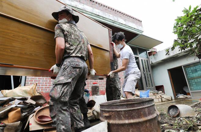 기록적인 폭우가 내린 전남 곡성군 곡성읍 신리마을에서 8월11일 공성윤 기자가 군인들과 함께 수해 복구작업을 하고 있다. ⓒ시사저널 박정훈