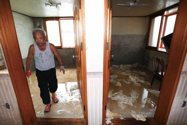 주민 진경기씨(71)의 30평짜리 집이 폭우로 엉망이 돼 있다. ⓒ시사저널 박정훈