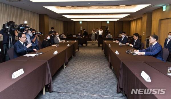 박능후 보건복지부 장관과 최대집 대한의사협회 회장이 19일 오후 서울 중구 코리아나호텔에서 열린 의정간담회에 참석해 발언하고 있다. /뉴시스