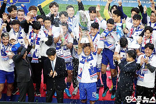 지난해 FA컵 정상에 오른 수원 삼성(사진=엠스플뉴스)