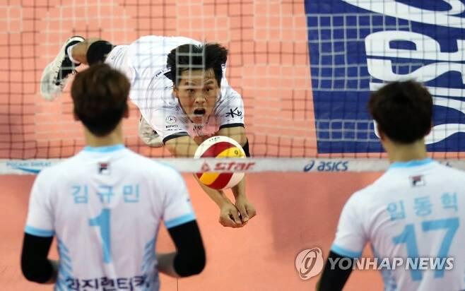 네트 앞으로 떨어지는 공을 받아내는 정민수 [연합뉴스 자료 사진]