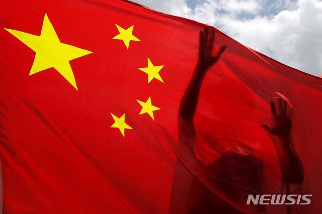 [홍콩=AP/뉴시스]지난 6월30일 홍콩에서 친중 지지자들의 홍콩국가안전유지법(보안법) 승인 축하 집회가 열려 한 참가자가 중국 국기를 흔들고 있다. 이날 중국 전국인민대표대회 상무위원회는 홍콩 내 국가 분열 행위를 처벌하는 보안법을 만장일치로 최종 통과시켰다. 2020.08.20