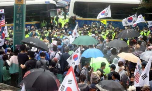 보수단체 회원들이 15일 서울 광화문 광장 일대에서 집회를 하고 있다. 뉴스1