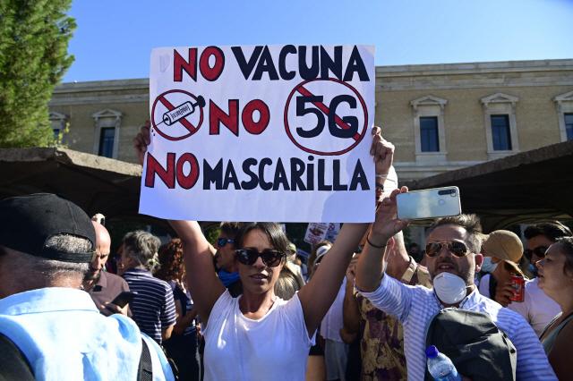 스페인 시민들이 코로나19 백신을 반대한다며 항의 시위를 하고 있다. /AFP연합뉴스.
