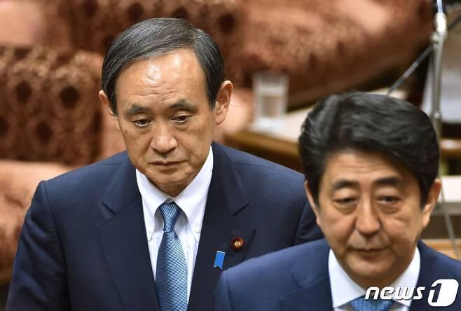 스가 요시히데 일본 관방장관(왼쪽)과 아베 신조 총리 <자료사진> © AFP=뉴스1