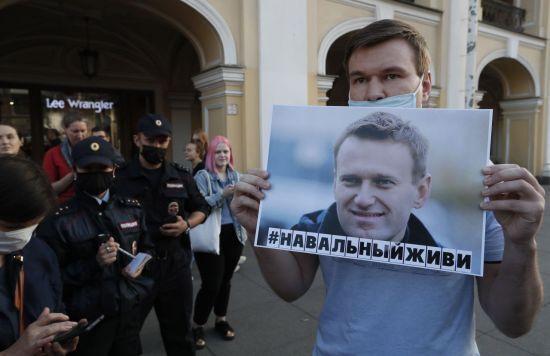 알렉세이 나발니 지지자가 그의 무사 안전을 요구하며 시위를 벌이고 있다. [이미지출처=EPA연합뉴스]