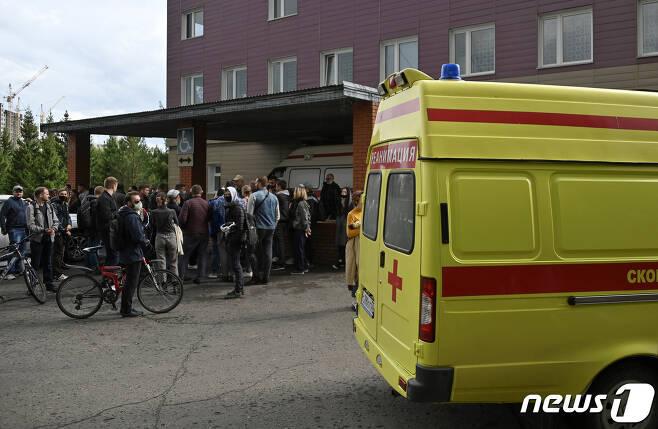 21일 알렉세이 나발니가 치료를 받고 있는 시베리아 옴스크 소재 병원 앞에 사람들이 모여 있다. © 로이터=뉴스1