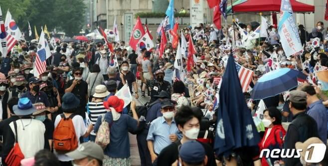 보수단체 회원들이 15일 서울 광화문 광장 일대에서 집회를 하고 있다. 2020.8.15./사진=뉴스1