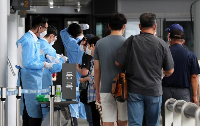 18일 서울 서대문구 신촌 세브란스병원 내 선별진료소에서 신종 코로나 바이러스 감염증(코로나19) 검사를 받기위해 시민들이 등록하고 있다. 뉴스1