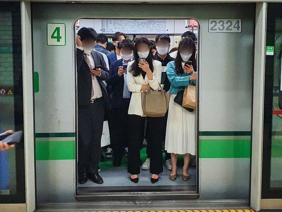 지난 5월 서울 지하철 2호선을 탑승한 시민들이 마스크를 착용하고 있다. 뉴스1