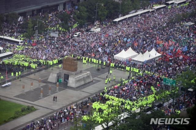 [서울=뉴시스]김명원 기자 = 보수단체들이 15일 서울 종로구 광화문 광장 주변에 대규모 집회를 이어가고 있다. 2020.08.15. kmx1105@newsis.com