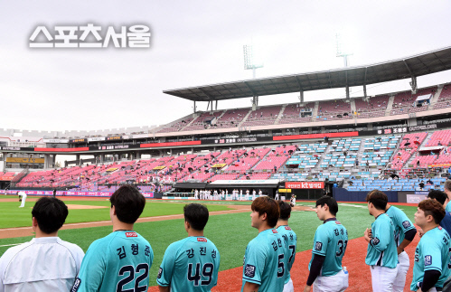 NC 다이노스 선수들이 26일 수원 kt전에서 국민의례를 위해 그라운드에 도열하고있다. 2020.07.26. 김도훈기자 dica@sportsseoul.com