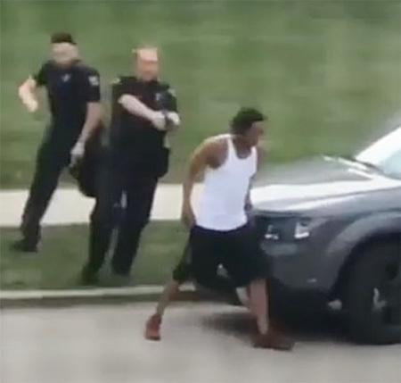23일 제이컵 블레이크 씨를 연행하기 위해 경찰관 2명이 총을 겨누며 뒤쫓는 동영상 장면. 페이스북 캡처