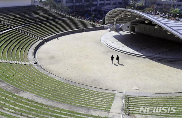 [서울=뉴시스] 박미소 기자 = 지난 4월 서울의 한 대학교 캠퍼스의 노천 극장이 한산한 모습을 보이고 있다. 2020.04.14.  misocamera@newsis.com