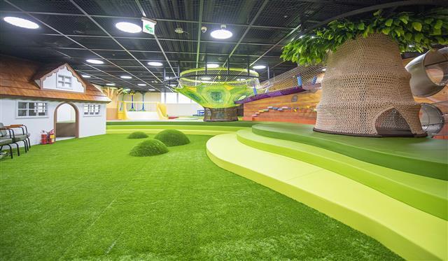 용산 센트럴파크 해링턴스퀘어 업무시설동 2층에 위치한 도담도담 실내놀이터에 어린이를 위한 놀이기구가 들어서 있다.
