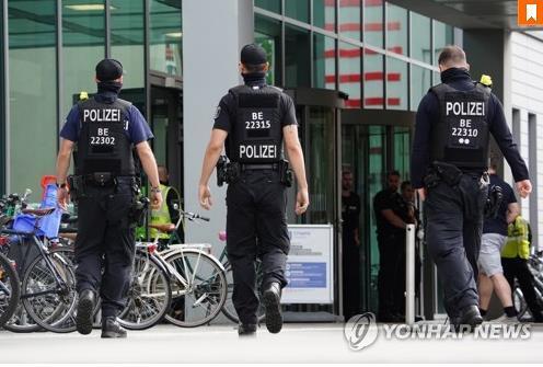 나발니가 입원 중인 샤리테 병원 주위를 순찰하는 독일 경찰 [EPA=연합뉴스]