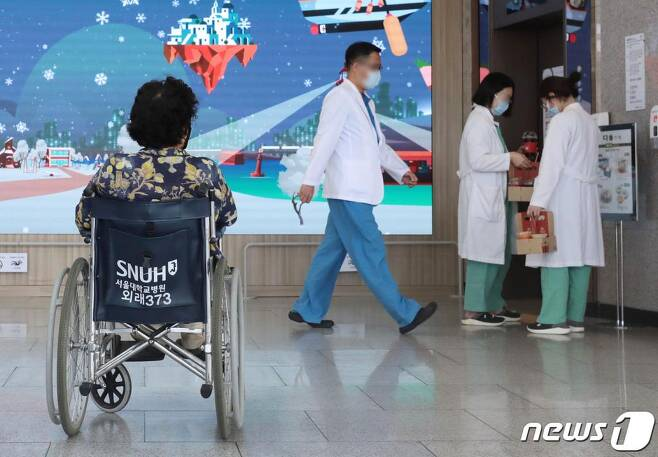 대한의사협회가 사흘간의 2차 전국의사 총파업에 돌입한 26일 서울 종로구 서울대병원에서 휠체어를 탄 환자 앞으로 의료진들이 지나가고 있다. /사진=뉴스1