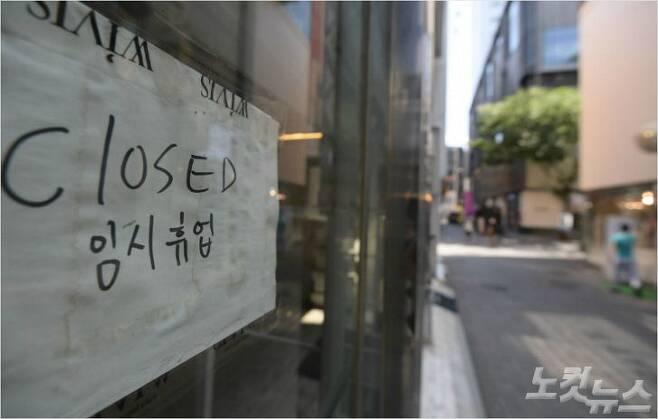 25일 오후 코로나19 장기화로 폐업하거나 임대, 임시휴업 매장이 많아진 서울 중구 명동 거리가 한산한 모습을 보이고 있다. 이한형기자
