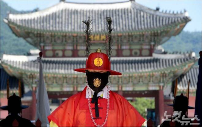 서울 전역에서 누구나 실내·실외를 가리지 않고 의무로 ?마스크를 ?착용이 의무화된 24일 광화문 수문장이 마스크를 착용한 채 근무를 하고 있다. 황진환기자