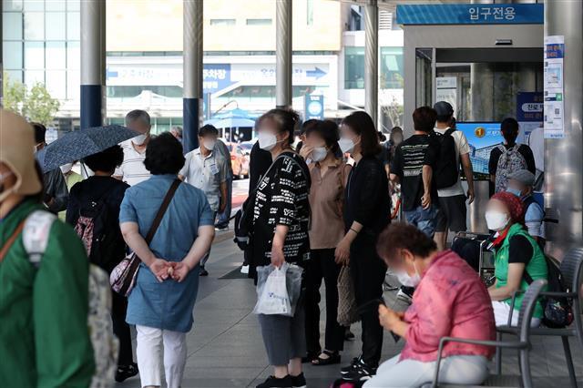 의료 공백은 현실로…  - 25일 서울 종로구 서울대학병원 입구에 보호자와 환자들이 북적이고 있다. 의대 정원 확대와 공공의대 설립을 두고 정부와 대한의사협회(의협)가 팽팽하게 맞서면서 전국 곳곳에서 의료 공백이 현실화되고 있다.뉴스1