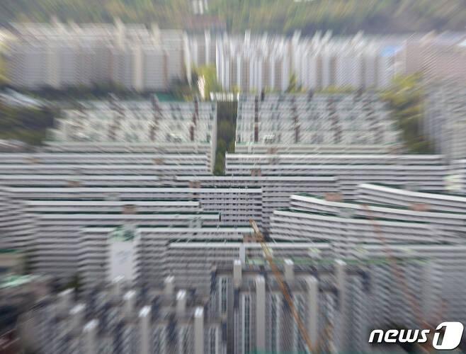 민주당 초선 의원중 주택 매각 서약을 지친 의원은 단 한명 뿐인 것으로 나타났다. 사진은 21일 서울 강남구 아파트 단지의 모습. 2020.4.21/뉴스1 © News1 신웅수 기자