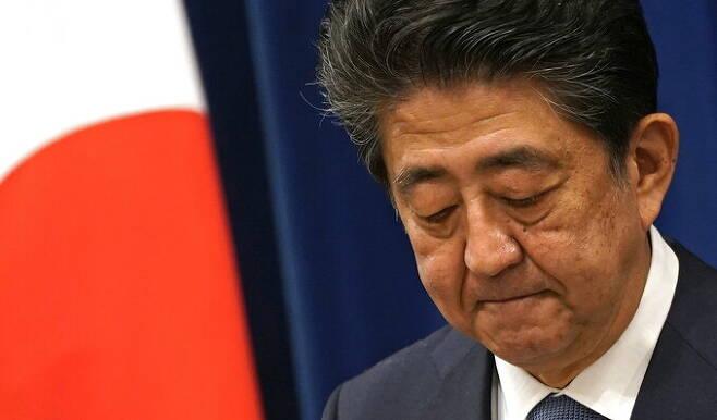 아베 신조 일본 총리가 28일 총리관저에서 열린 기자회견에서 고개숙여 인사하고 있다. 아베 총리는 이날 지병 재발을 이유로 사임하겠다는 뜻을 밝혔으며, 후임 총리 지명 때까지 임무를 수행하겠다고 말했다. 도쿄/ EPA 연합뉴스