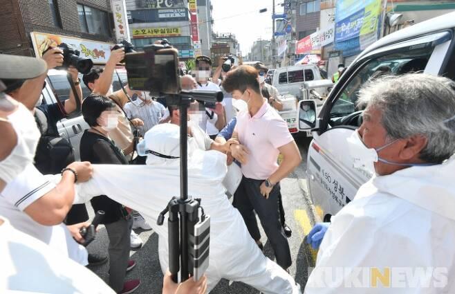 18일 오후 서울 성북구 사랑제일교회 주변을 방역 관계자들이 차량 등을 이용해 소독하려 하자 이를 저지하려는 단체와 충돌하고 있다. / 박효상 기자