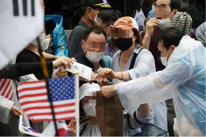 15일 오후 서울 종로구 동화면세점 앞에서 열린 보수단체의 광복절 집회에서 관계자들이 '헌금' 모금을 하고 있다.(사진=이한형 기자/자료사진)