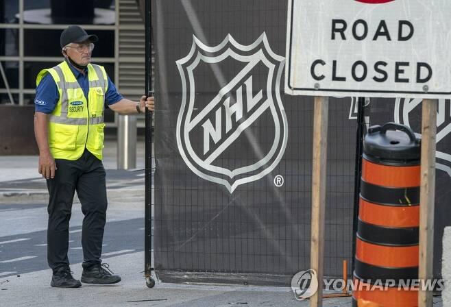 NHL, 플레이오프 이틀 연기 결정 [AP=연합뉴스]