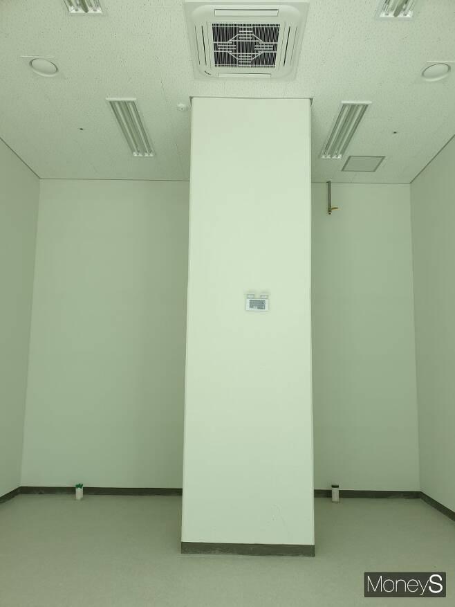 A씨와 함께 계약해지 소송에 참여한 또 다른 수분양자 C씨가 분양받은 상가 내부의 모습. 내부 한가운데 기둥이 있고 천장에는 시스템 에어컨이 기둥과 바짝 붙어 설치돼 있다. /사진=독자 A씨 제공
