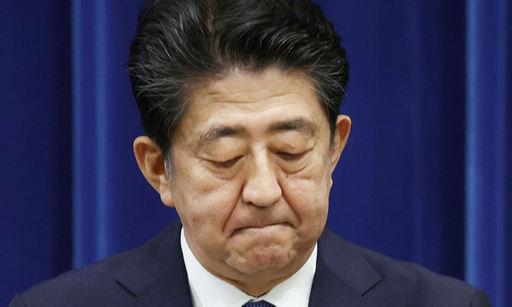 """아베 신조 일본 총리가 28일 도쿄 총리관저에서 열린 기자회견에서 건강 문제로 총리직에서 물러나겠다는 뜻을 밝히며 굳은 표정을 짓고 있다. 그는 임기 중 개헌을 하지 못한 것 등을 두고 """"창자가 끊어지는 아픔""""이라고 표현했다.도쿄=AP교도연합뉴스"""