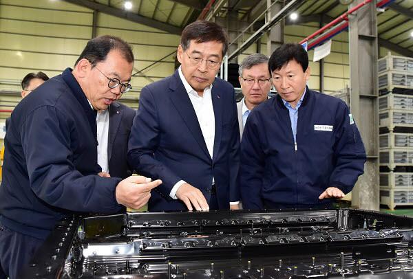 신학철 LG화학 부회장(가운데)이 지난해 경남 함안에 위치한 동신모텍을 방문해 전기차 배터리팩 하우징에 대해 설명을 듣고 있다.
