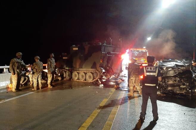 포천에서 SUV가 미군장갑차 추돌해 5명 사상 (포천=연합뉴스) 30일 오후 9시 30분께 경기 포천시 관인면 중리 영로대교에서 SUV(스포츠유틸리티차량)가 미군 장갑차를 추돌하는 사고가 났다. 이 사고로 SUV에 타고 있던 4명이 숨지고 장갑차에 탑승했던 미군 1명이 다쳤다. 사진은 사고 현장의 모습. 2020.8.31 [경기북부소방재난본부 제공. 재판매 및 DB 금지]      andphotodo@yna.co.kr  (끝