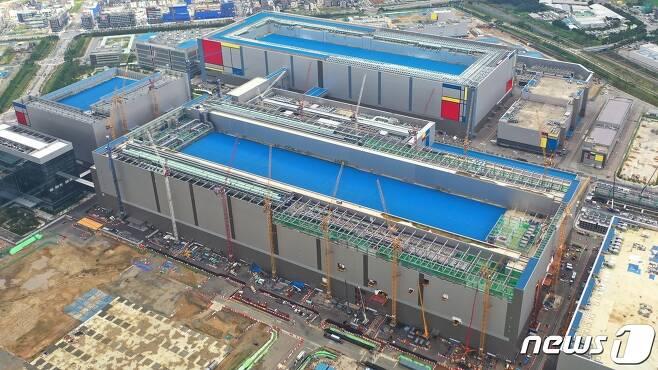 삼성전자의 세계 최대 규모의 반도체 공장인 평택 2라인. (삼성전자 제공)2020.8.30/뉴스1