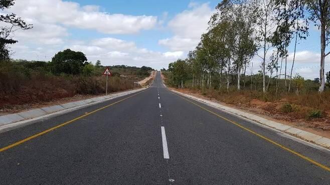 코로나19에도 모잠비크에 한국이 제때 건설한 도로 (요하네스버그=연합뉴스) 포스코건설이 모잠비크 북부 남풀라-나메틸 구간에 건설한 70㎞ 도로가 8월 28일 정식으로 개통됐다. 2020.9.1 [포스코건설 제공, 재판매 및 DB 금지]