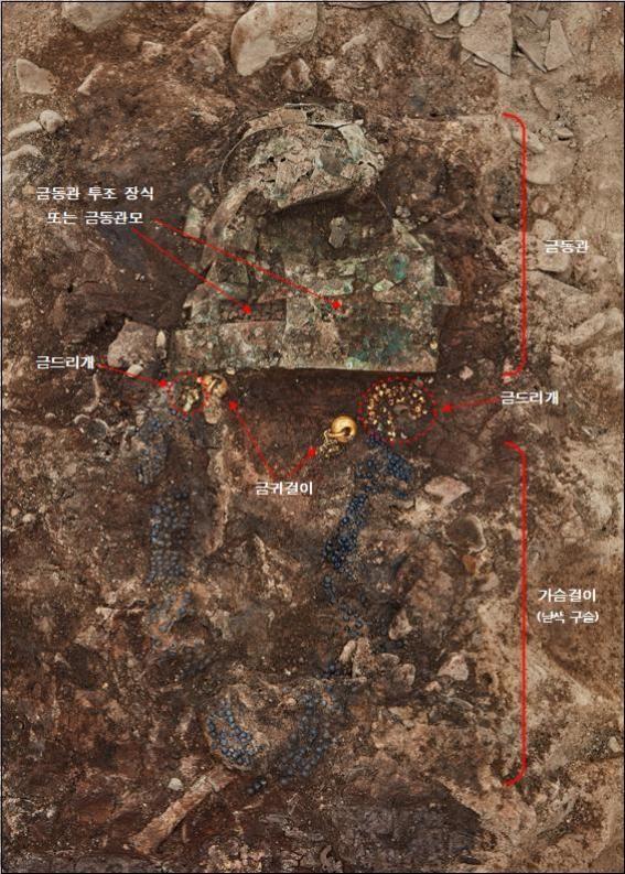 경주 황남동 120-2호분에서 6세기 전반 만든 장신구 일체가 출토됐다. 사진은 금동관, 금드리개, 금귀걸이, 목걸이가 노출된 모습.  /문화재청