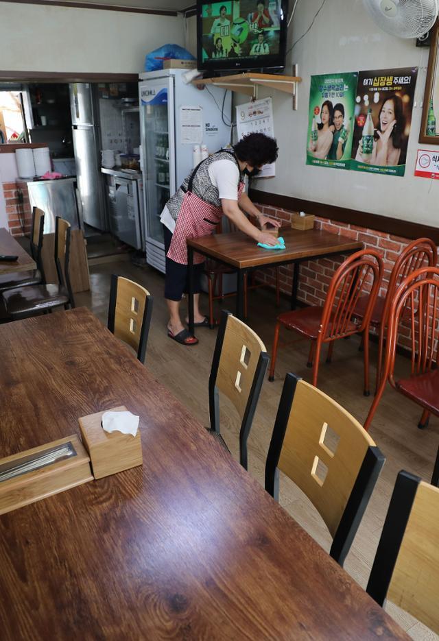 1일 오후 서울 성북구 한 식당이 손님이 없이 텅 비어 있다. 뉴스1
