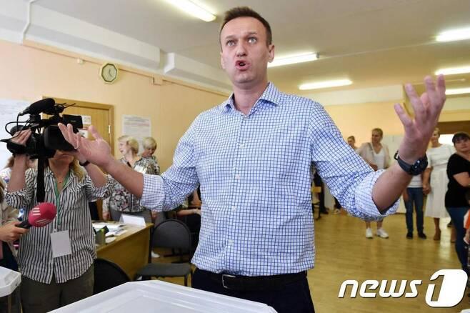 (모스크바 AFP=뉴스1) 우동명 기자 = 러시아 야당 지도자 알렉세이 나발니가  지난해 9월 모스크바의 두마선거 투표소에서 투표를 한 뒤 포즈를 취하고 있다.  ⓒ AFP=뉴스1