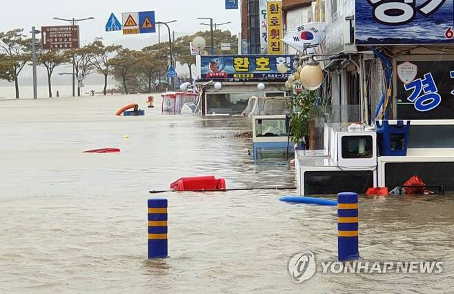 작년 태풍 미탁으로 물에 잠긴 경포대 상가 [연합뉴스 자료사진]