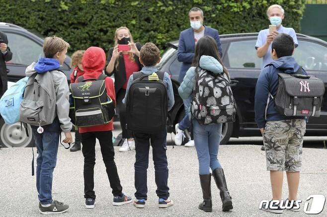 미국 국립어린이병원 연구진은 3일(현지시간) 신종 코로나바이러스 감염증(코로나19)에 감염된 어린 소아·청소년 환자들이 항체가 생성된 후에도 여전히 체내 코로나19 바이러스가 존재해 감염위험이 있다고 전했다. © AFP=뉴스1