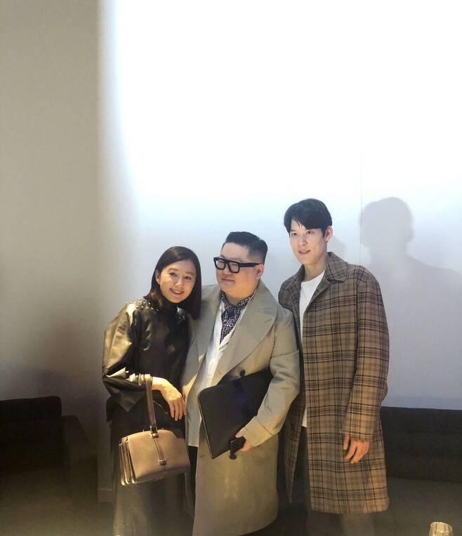 탤런트 김희애, 수영선수 박태환과 함께 정윤기 대표