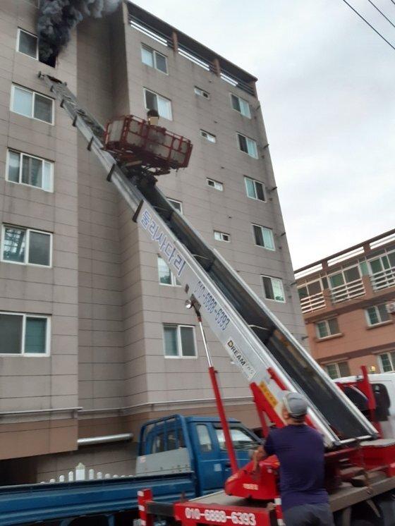 지난달 29일 오전 5시44분쯤 울산시 중구의 한 아파트에서 불이나 중학생이 창문에 매달리자, 주민이 사다리차로 구조했다. [사진 진창훈씨]