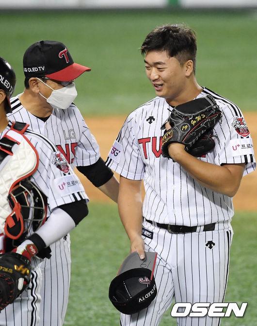 [OSEN=잠실, 민경훈 기자] 경기를 마치고 LG 고우석이 기뻐하고 있다./ rumi@osen.co.kr