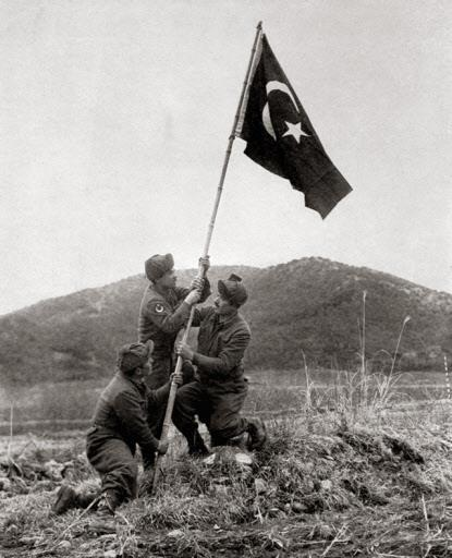 미 25사단 지역에 자국 국기를 세우고 있는 터키 포병대대 병사들의 모습. 연합뉴스