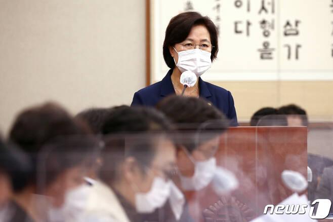 추미애 법무부 장관이 1일 오후 서울 여의도 국회에서 열린 법제사법위원회 전체회의에서 발언하고 있다. 2020.9.1/뉴스1 © News1 성동훈 기자