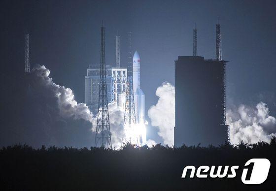 중국 대형 운반로켓 창정(長征) 5호. © AFP=뉴스1