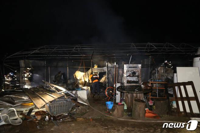 (포천=뉴스1) 이상휼 기자 = 지난 4일 오전 3시33분께 경기 포천시 이동면 노곡리의 비닐하우스에서 불이 나 현장에서 잠자던 외국인근로자 5명이 대피하는 소동이 일어났다. (사진=포천소방서) © 뉴스1