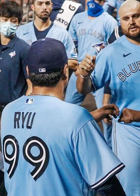 투구를 마치고 돌아온 류현진이 더그아웃에서 선수들과 주먹 인사를 하는 모습. 사진 출처 토론토 인스타그램